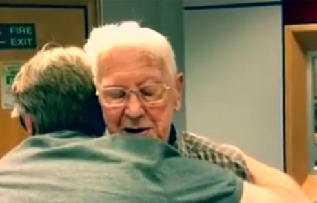 בן 95 נקרא להגיע לתחנת רדיו כדי לא להיות לבד בבית